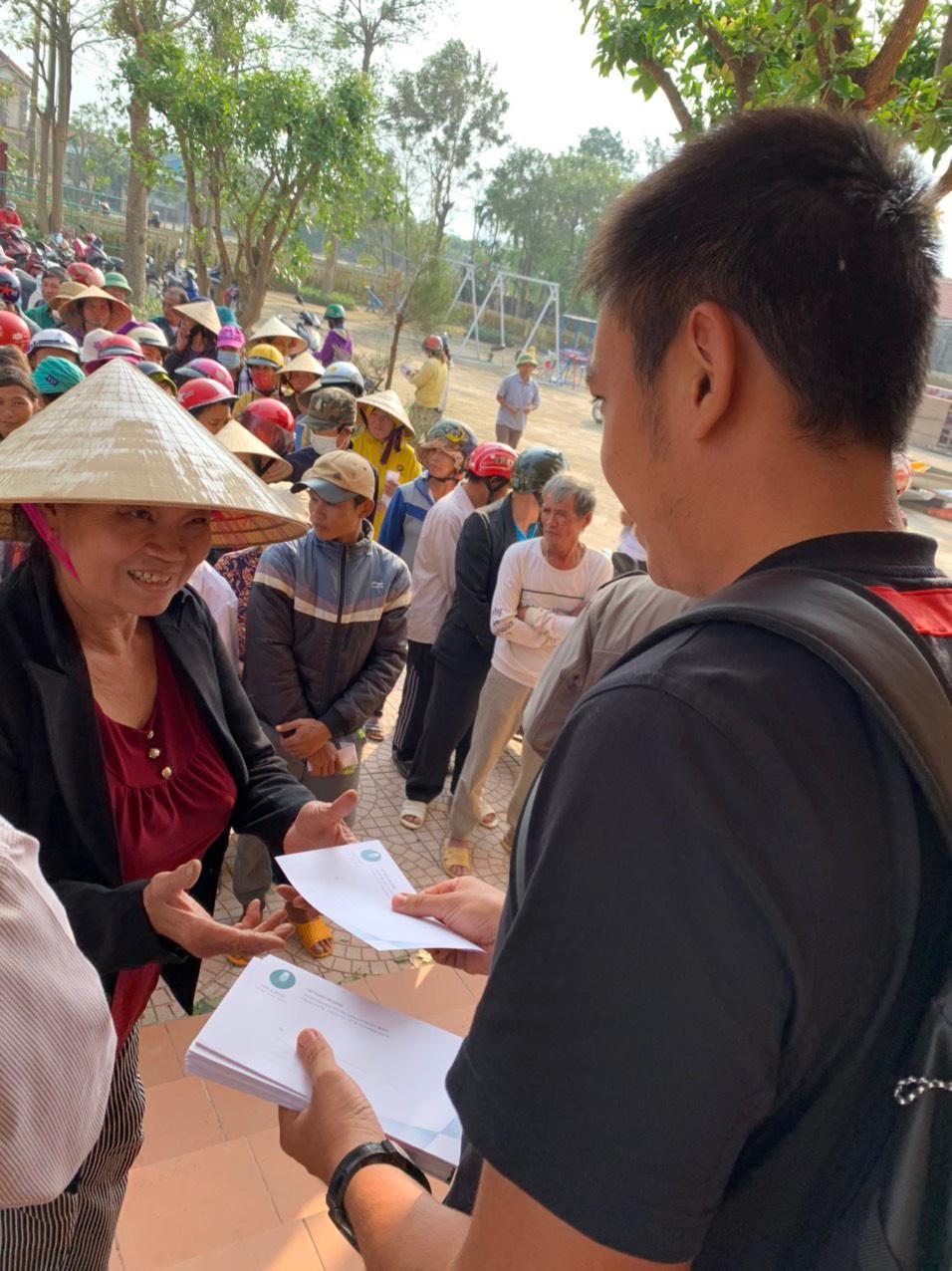 Hình ảnh: Tay vợt Lý Hoàng Nam tặng quà cho người dân Quảng Bình, Quảng Trị số 2