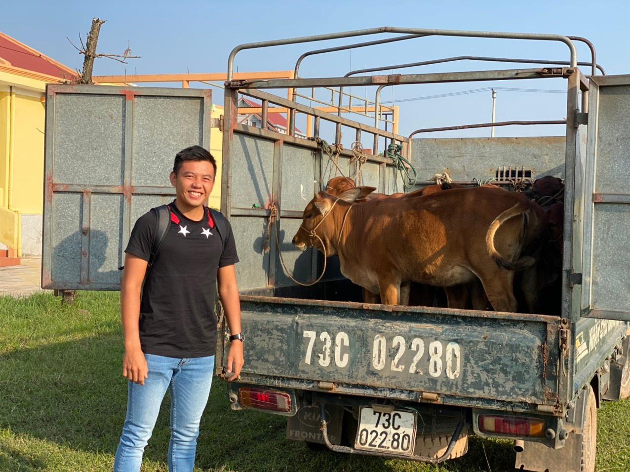 Hình ảnh: Tay vợt Lý Hoàng Nam tặng quà cho người dân Quảng Bình, Quảng Trị số 1