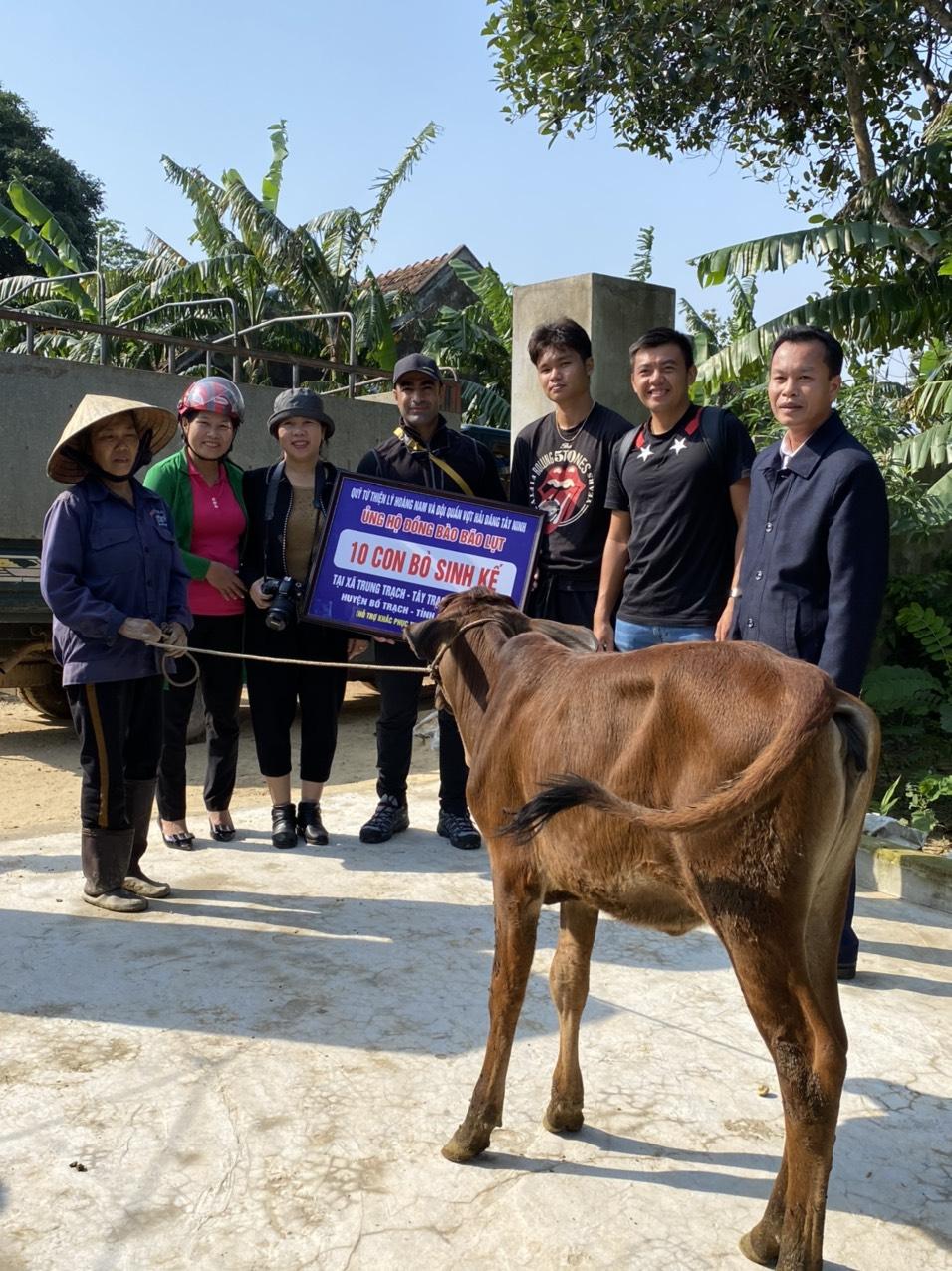 Hình ảnh: Tay vợt Lý Hoàng Nam tặng quà cho người dân Quảng Bình, Quảng Trị số 3