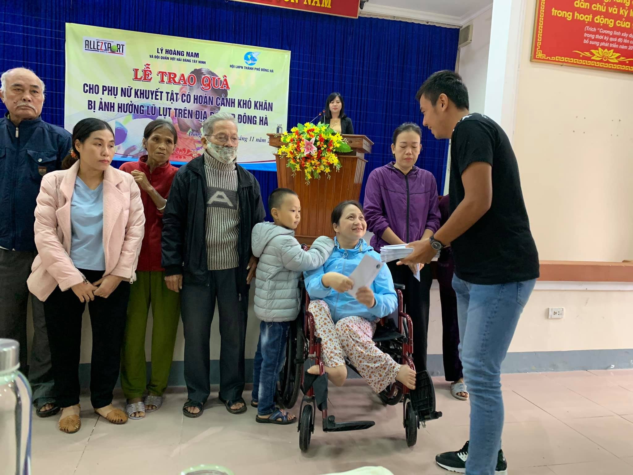 Hình ảnh: Tay vợt Lý Hoàng Nam tặng quà cho người dân Quảng Bình, Quảng Trị số 5