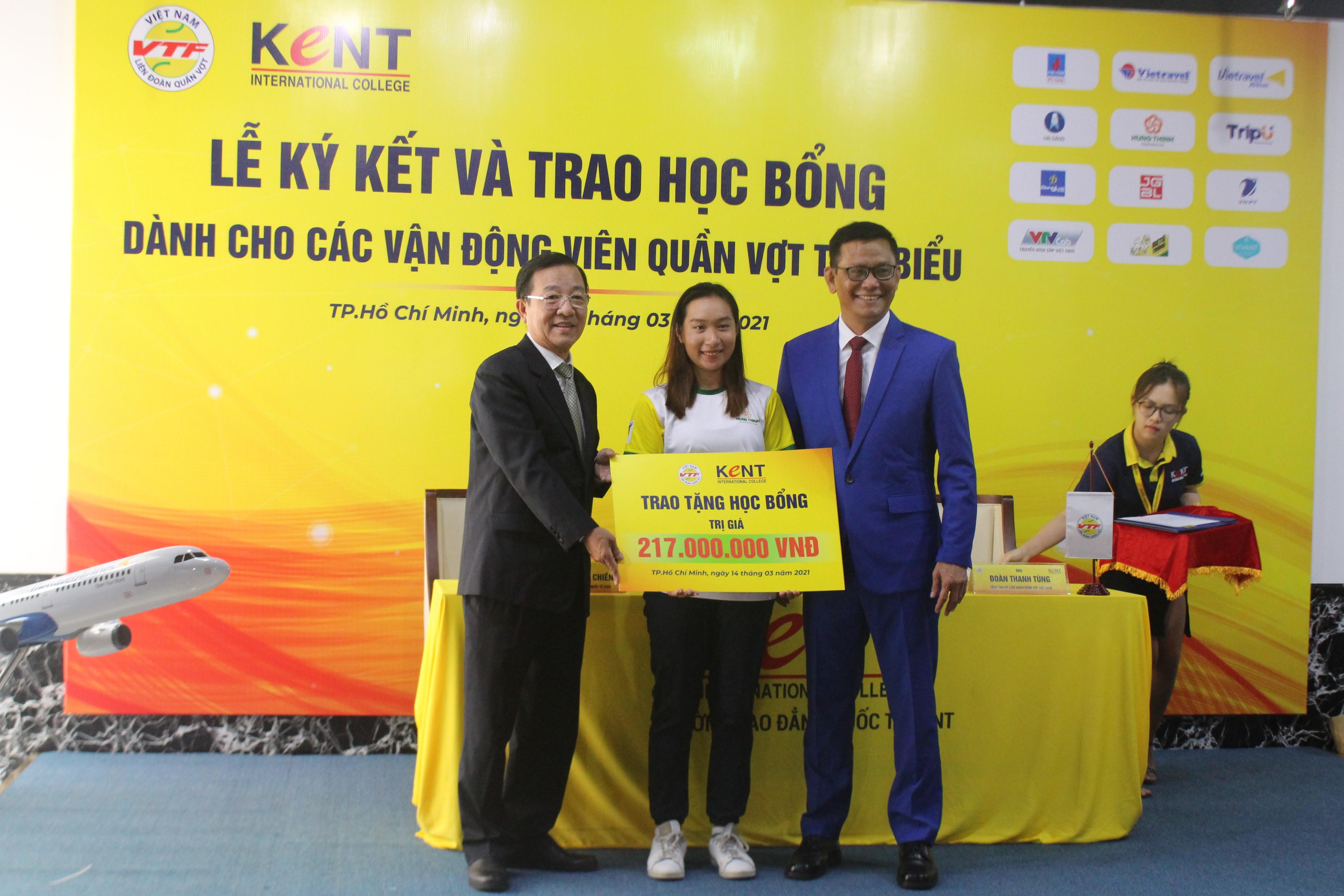 Hình ảnh: Lý Hoàng Nam cùng 3 VĐV quần vợt nhận học bổng của trường Cao đẳng Quốc tế Kent số 2