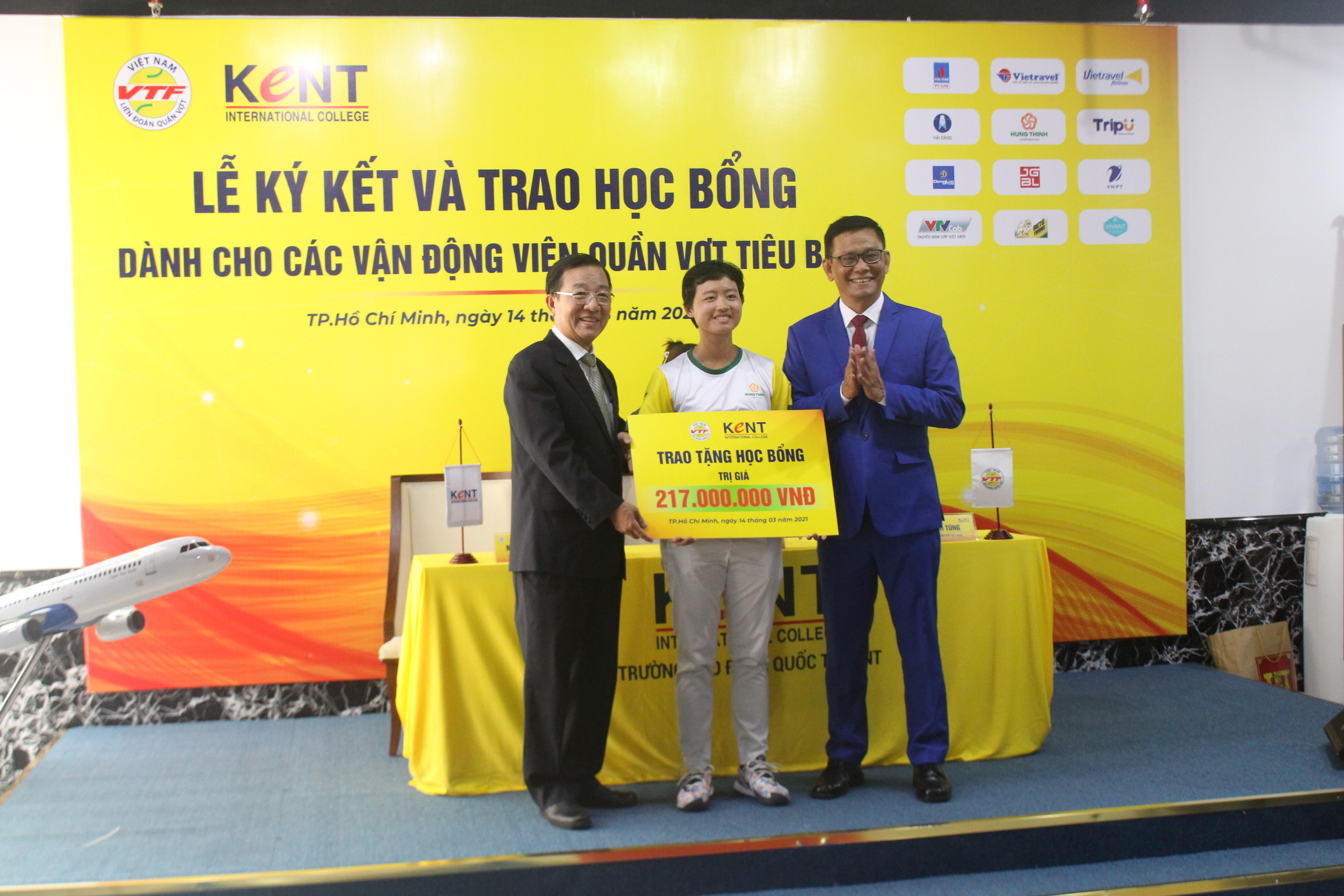 Hình ảnh: Lý Hoàng Nam cùng 3 VĐV quần vợt nhận học bổng của trường Cao đẳng Quốc tế Kent số 7