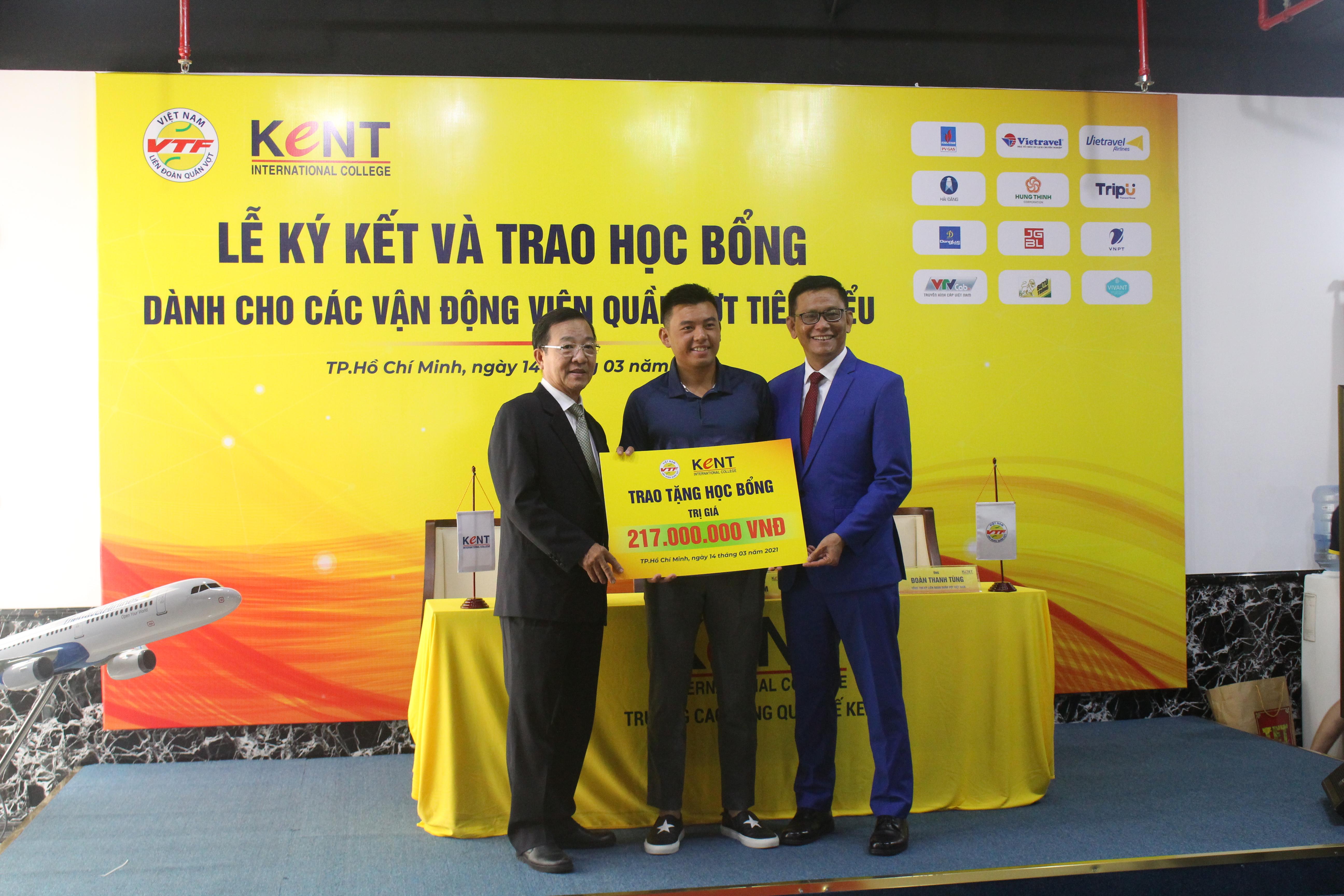 Hình ảnh: Lý Hoàng Nam cùng 3 VĐV quần vợt nhận học bổng của trường Cao đẳng Quốc tế Kent số 6