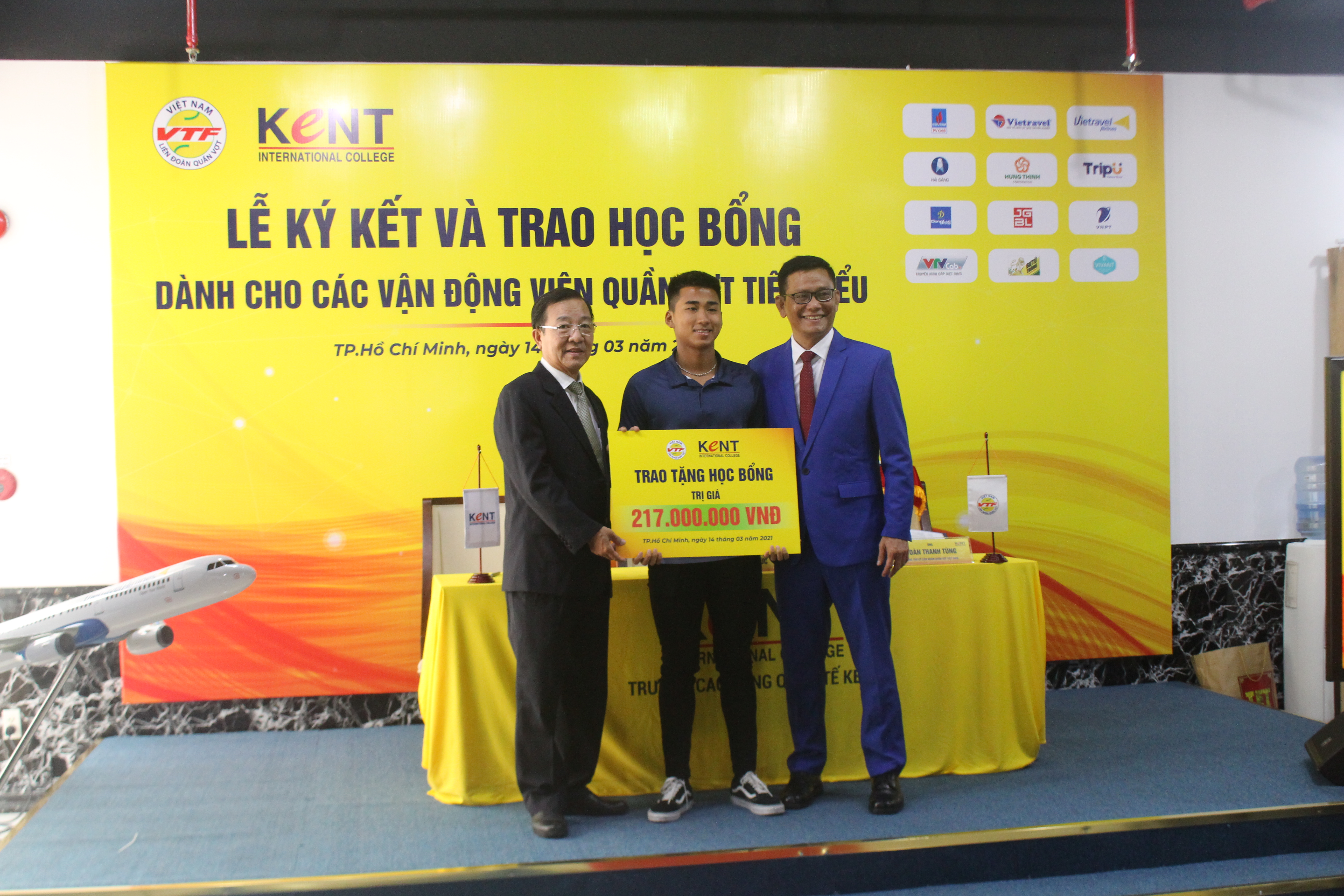Hình ảnh: Lý Hoàng Nam cùng 3 VĐV quần vợt nhận học bổng của trường Cao đẳng Quốc tế Kent số 3